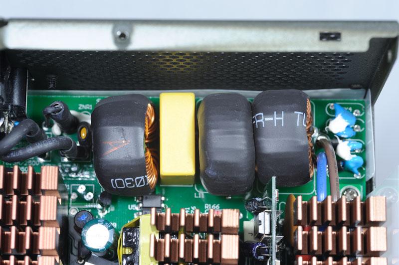 电路板上,并包上热缩套管加强绝缘,旁边黄色的mov元件及三个环形交联