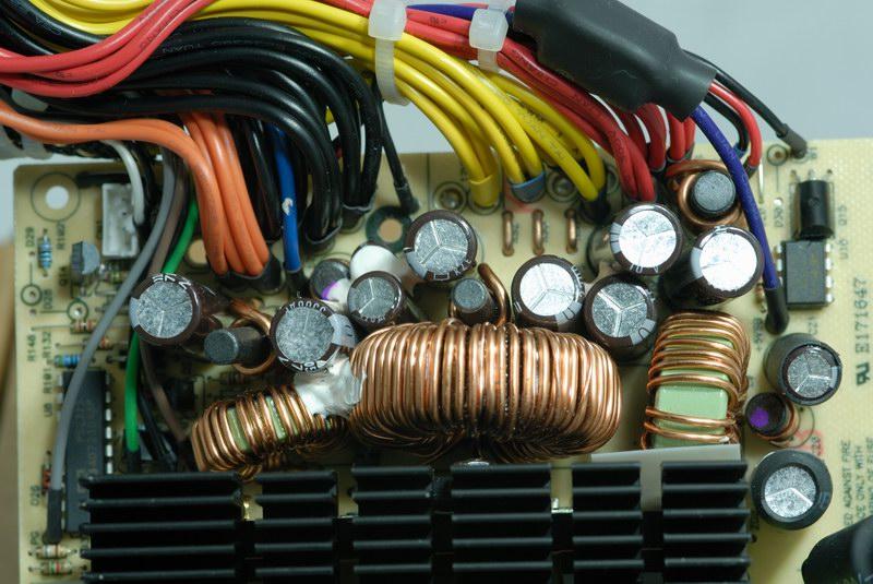 二次端整流及滤波输出电路,於12v输出端点下的三个分流器,用途是将