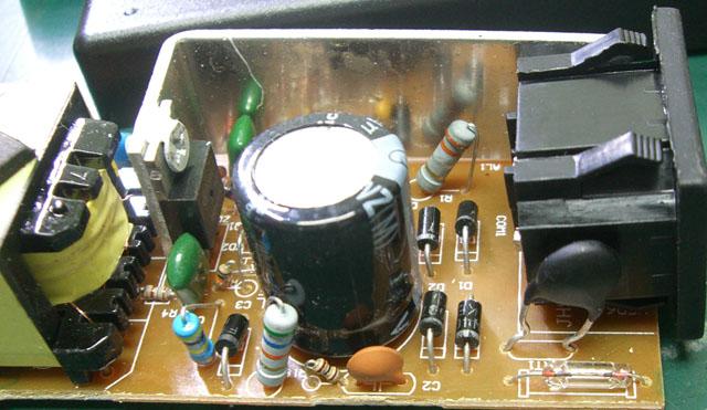 交流输入端,没有emi滤波电路(其实小功率电源的emi滤波电路都很简单